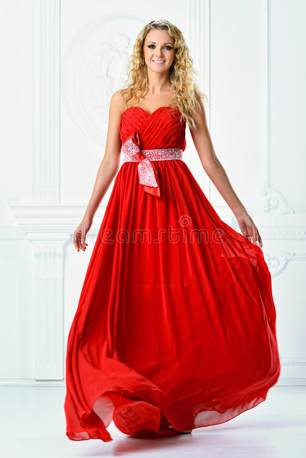 Mujer hermosa en vestido largo rojo. fotos de archivo