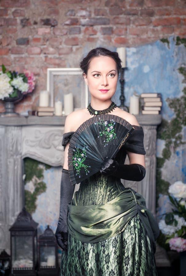 Mujer hermosa en vestido medieval con la fan fotografía de archivo libre de regalías