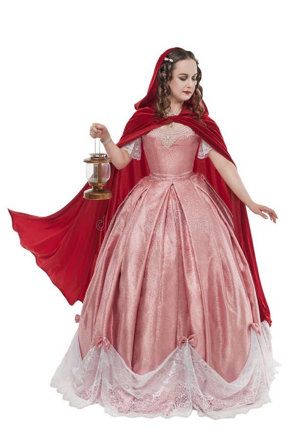 Mujer hermosa en vestido medieval hist?rico viejo con la linterna aislada fotos de archivo