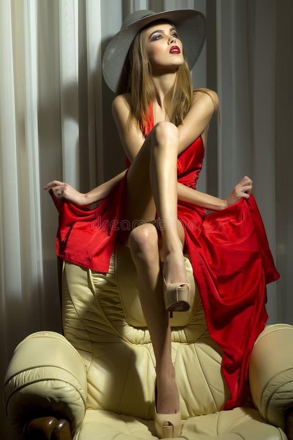 Mujer hermosa en vestido rojo fotografía de archivo
