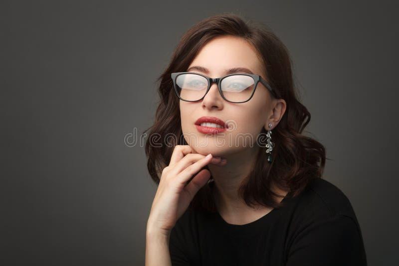 Mujer hermosa en vidrios bordeados negro fotos de archivo libres de regalías