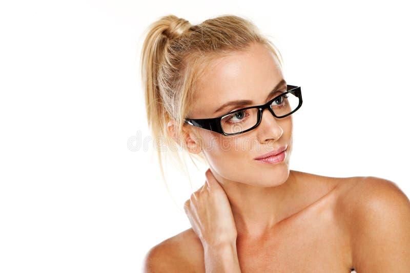 Mujer hermosa en vidrios modernos imagen de archivo libre de regalías