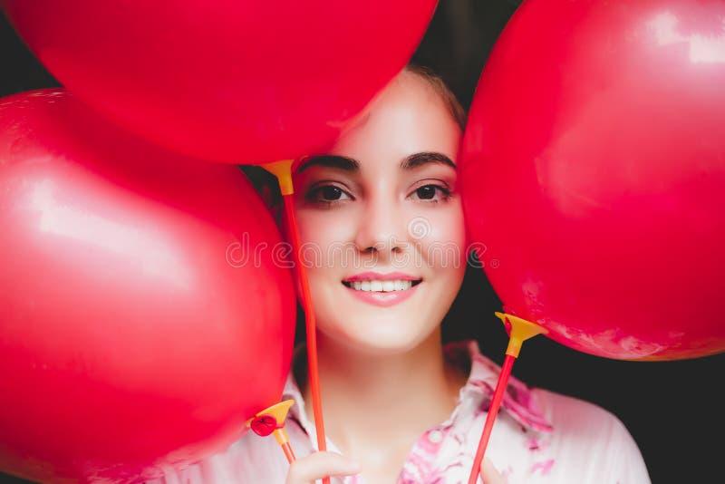 Mujer hermosa encantadora de la cara del retrato La muchacha magnífica tiene s agradable foto de archivo