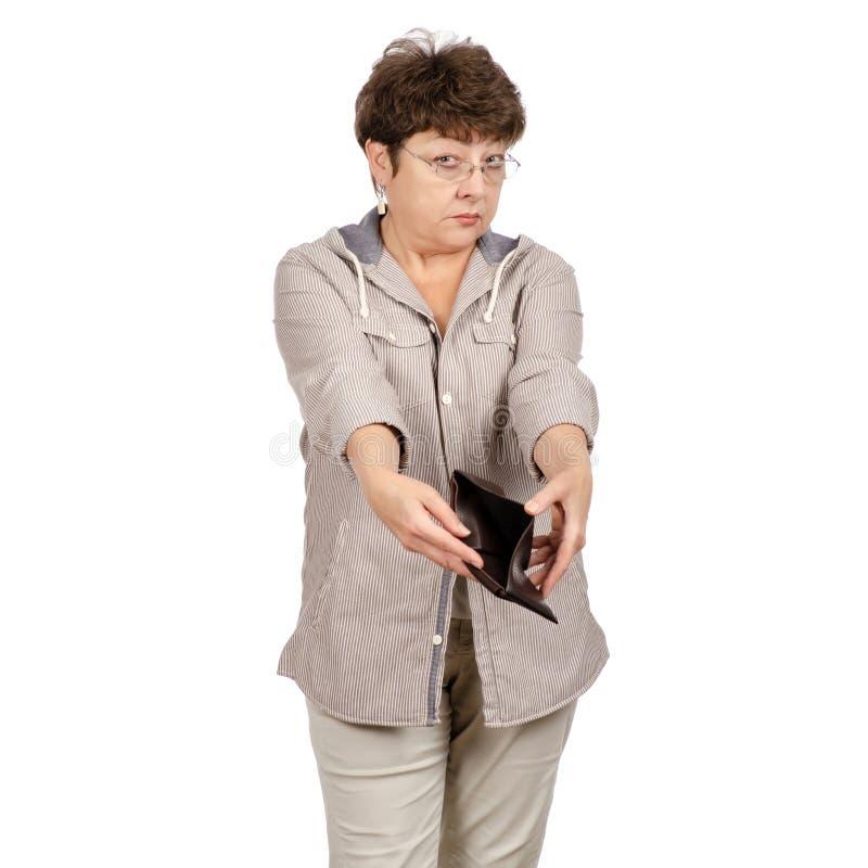 Mujer hermosa envejecida con los vidrios un monedero vacío en manos imagenes de archivo