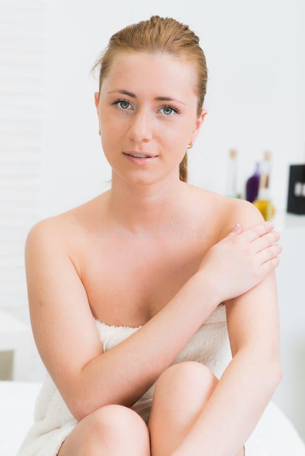 Mujer hermosa envuelta en una toalla en balneario fotografía de archivo libre de regalías