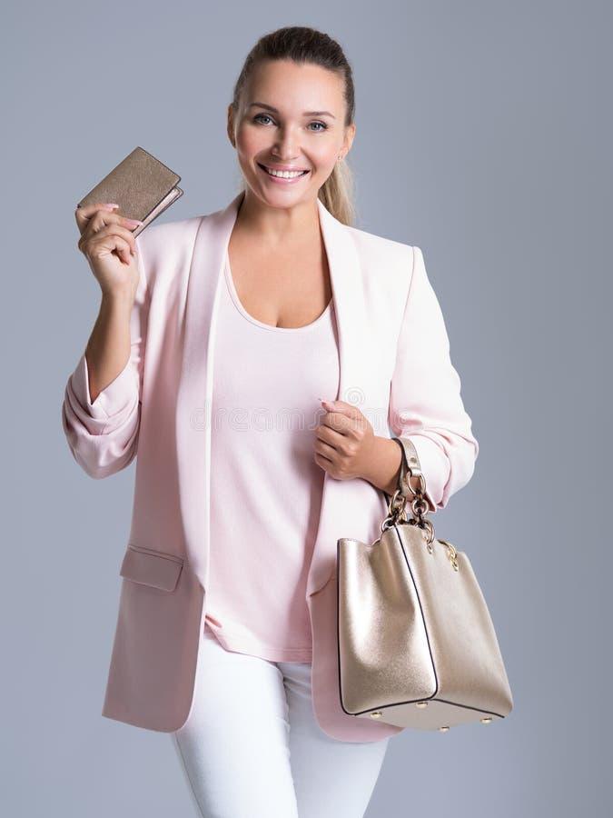 Mujer hermosa feliz con el bolso y la cartera en compras fotos de archivo libres de regalías
