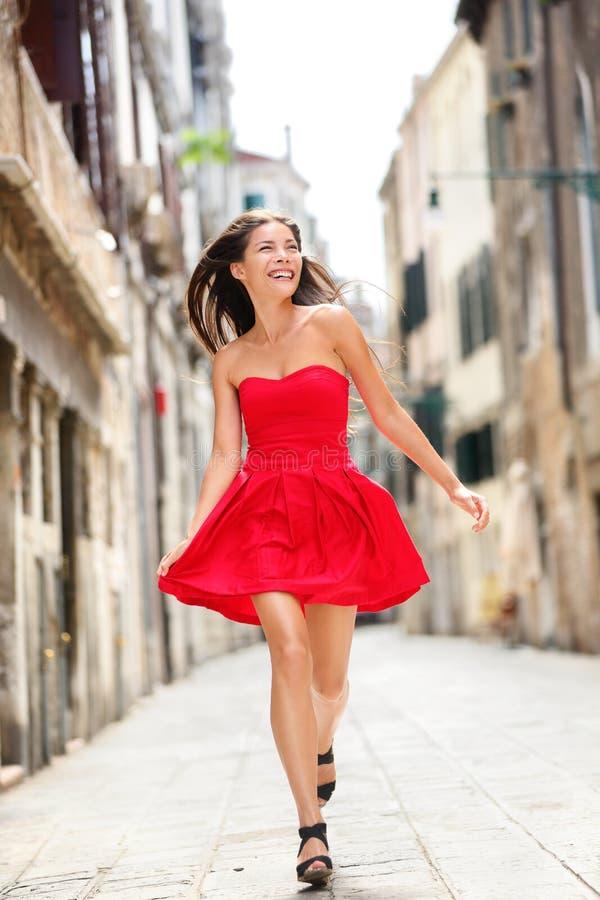 Mujer hermosa feliz en vestido del verano en Venecia imagenes de archivo