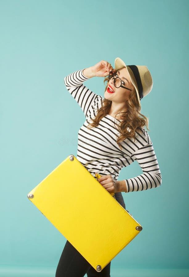 Mujer hermosa feliz joven en sombrero y sostenerse divertido de los vidrios del juguete fotografía de archivo libre de regalías