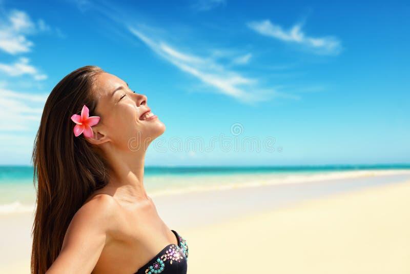 Mujer hermosa feliz que disfruta de luz del sol en la playa fotografía de archivo libre de regalías
