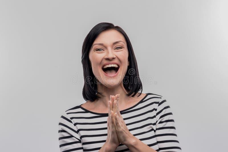 Mujer hermosa feliz que siente muy agradecida para la buena ayuda foto de archivo