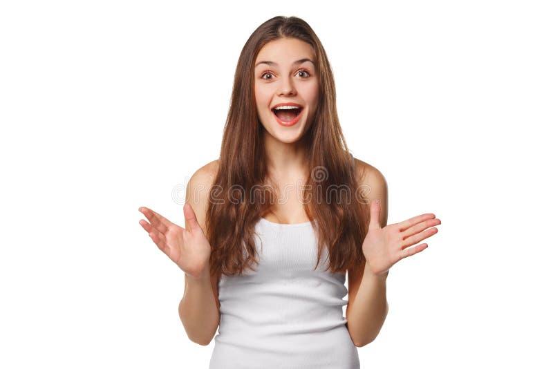 Mujer hermosa feliz sorprendida que mira de lado en el entusiasmo Aislado en el fondo blanco fotografía de archivo