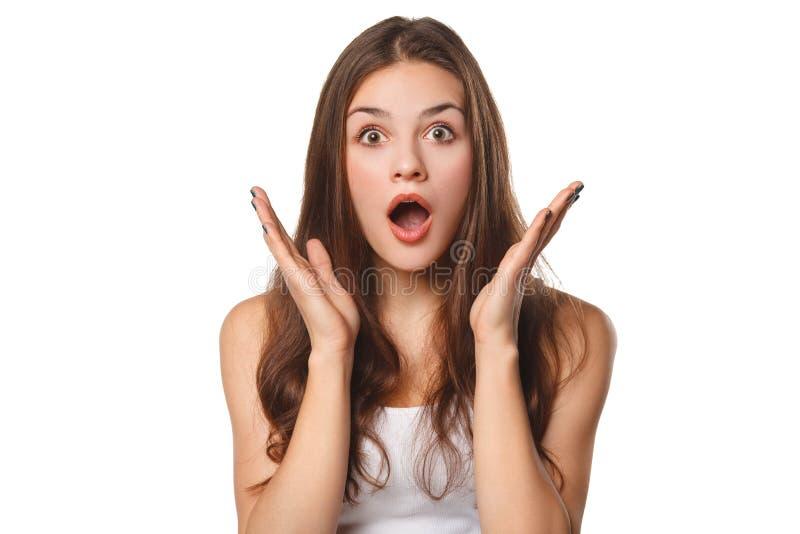 Mujer hermosa feliz sorprendida que mira de lado en el entusiasmo, aislado en el fondo blanco fotos de archivo libres de regalías