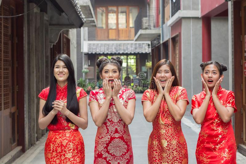 Mujer hermosa feliz sorprendida que mira para arriba en el entusiasmo, grupo de vestido chainese del cheongsam de la mujer que ll foto de archivo libre de regalías
