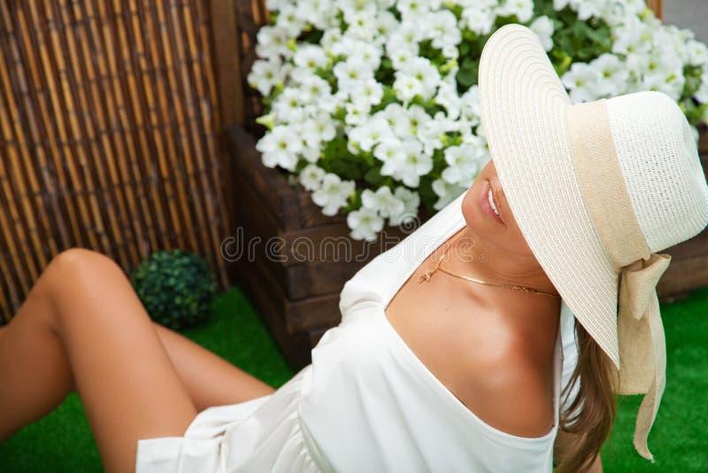 Mujer hermosa joven al aire libre en el verano imagenes de archivo