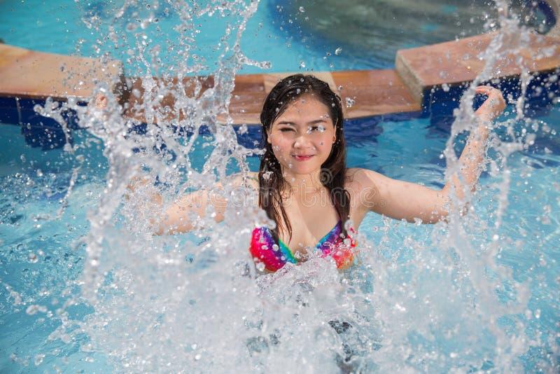 Mujer hermosa joven asiática que salpica el agua fotografía de archivo libre de regalías
