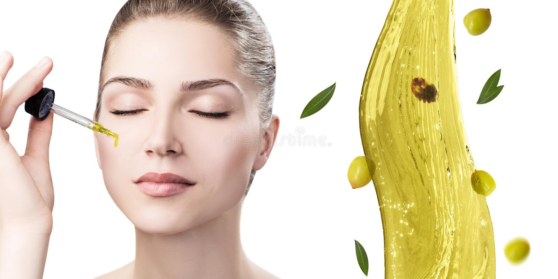 Mujer hermosa joven cerca del chapoteo del aceite de oliva imagen de archivo libre de regalías