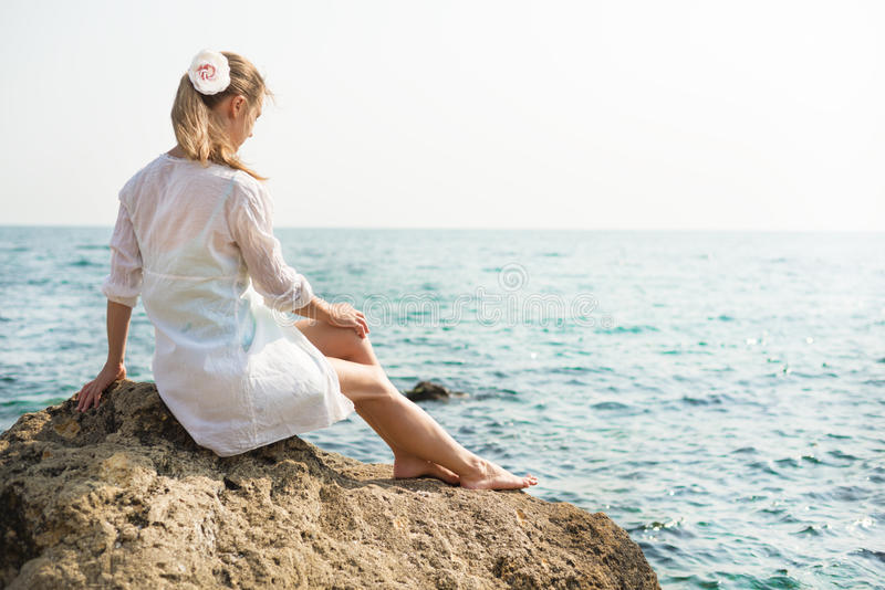 Mujer hermosa joven cerca del mar imagenes de archivo