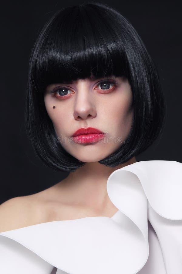 Mujer hermosa joven con corte de pelo elegante de la sacudida y conta cosplay imagen de archivo libre de regalías