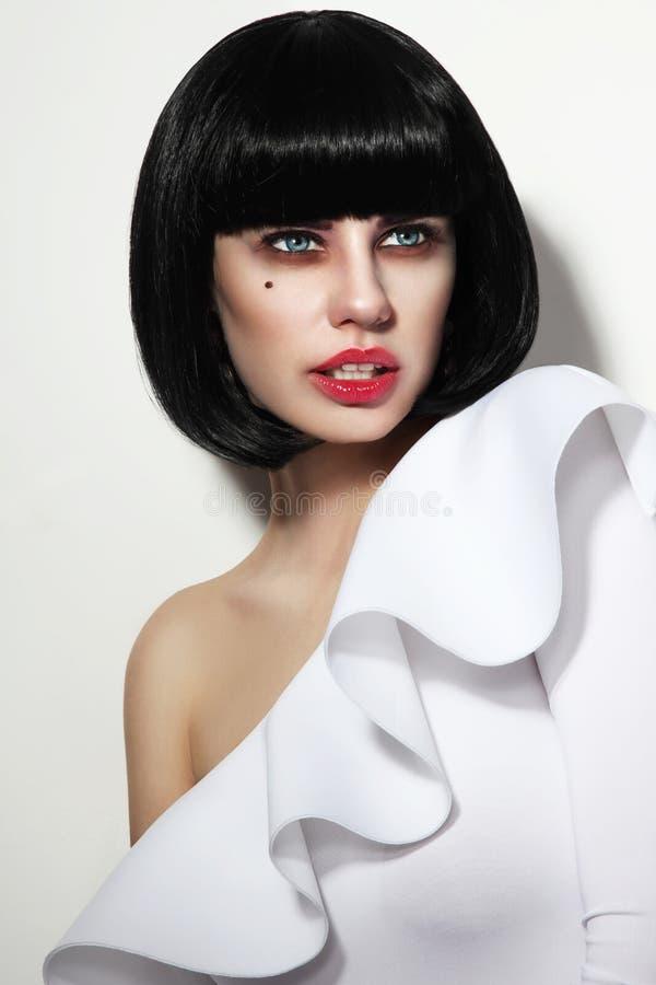 Mujer hermosa joven con el corte de pelo elegante y los ojos ahumados mA de la sacudida foto de archivo