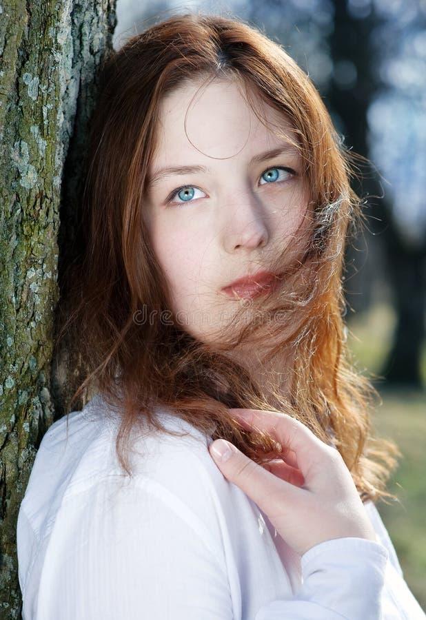 Mujer hermosa joven con el pelo que agita imagen de archivo