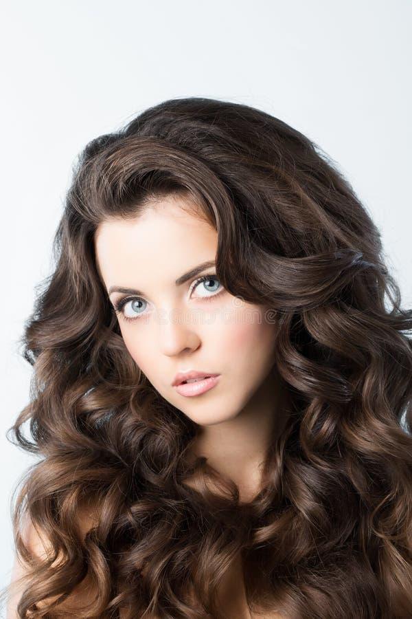 Mujer hermosa joven con el pelo rizado largo Belleza/moda/peinado fotografía de archivo