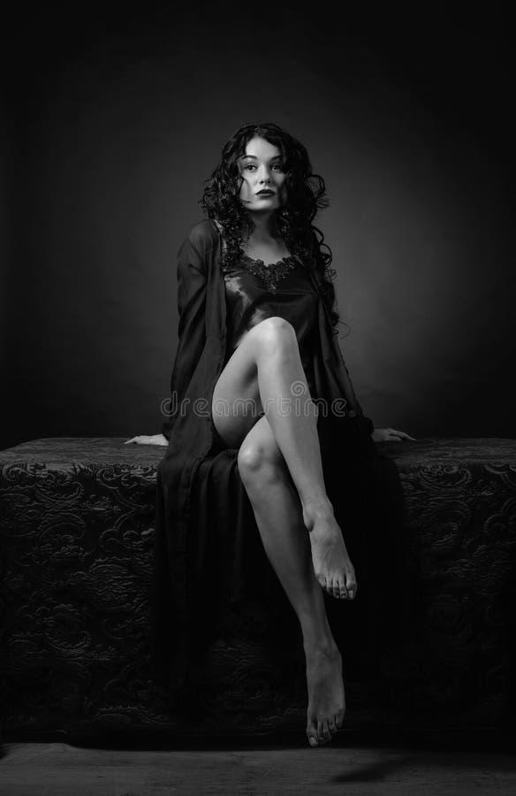Mujer hermosa joven con el pelo rizado largo en ropa interior fotografía de archivo