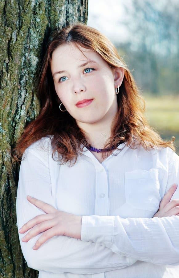 Mujer hermosa joven con el pelo rojo fotografía de archivo libre de regalías