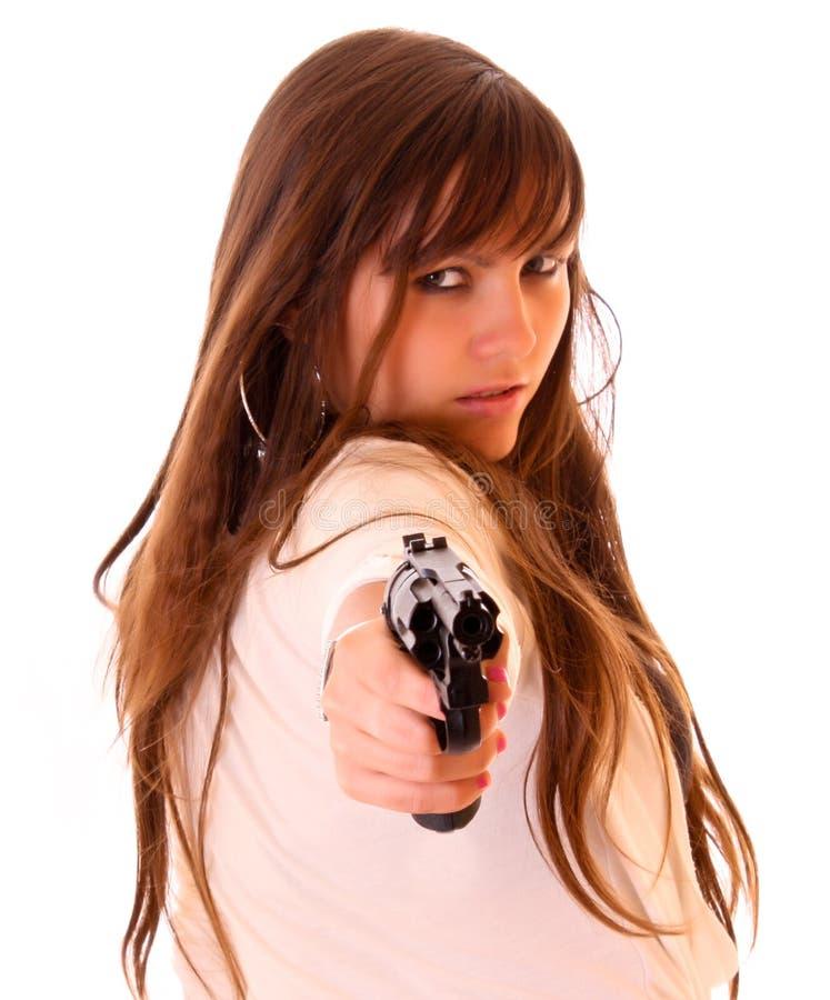 Mujer hermosa joven con el revólver aislado imagen de archivo
