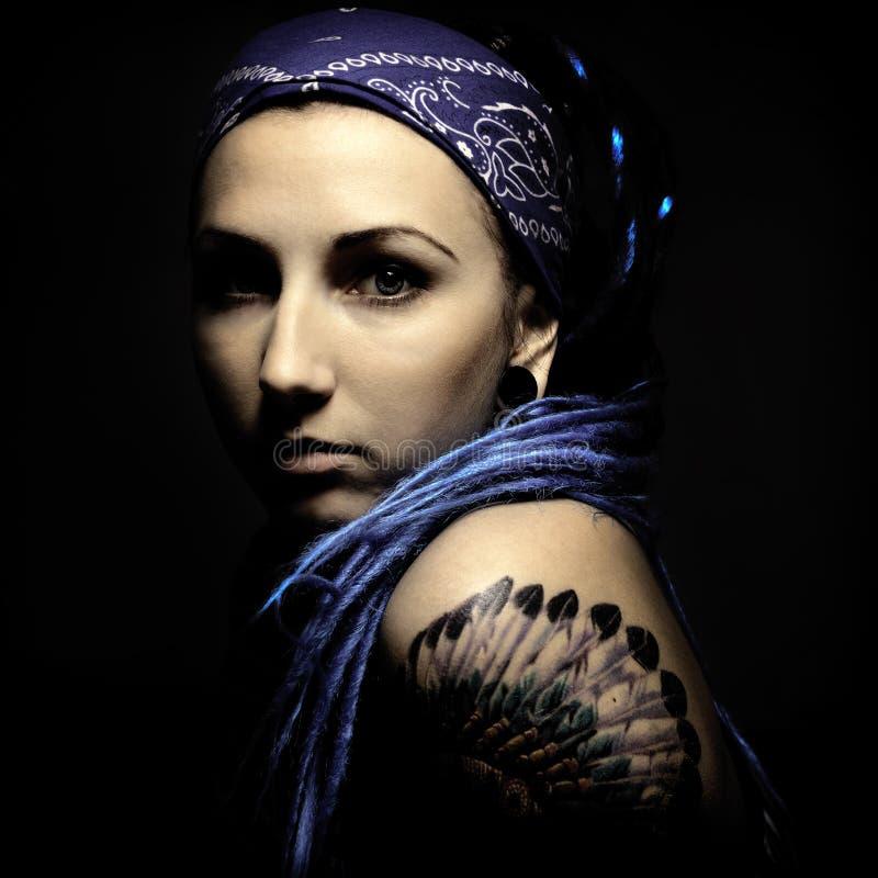 Mujer hermosa joven con el tatuaje y los dreadlocks foto de archivo libre de regalías
