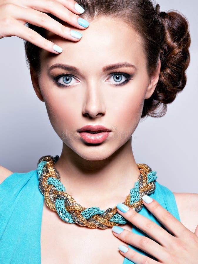 Mujer hermosa joven con joyería imagen de archivo libre de regalías
