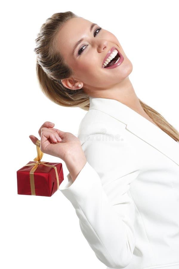 Mujer hermosa joven con un regalo imagen de archivo libre de regalías