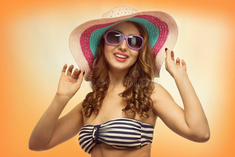 Mujer hermosa joven con un sombrero imagenes de archivo
