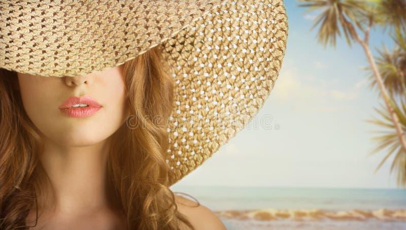 Mujer hermosa joven con un sombrero imágenes de archivo libres de regalías