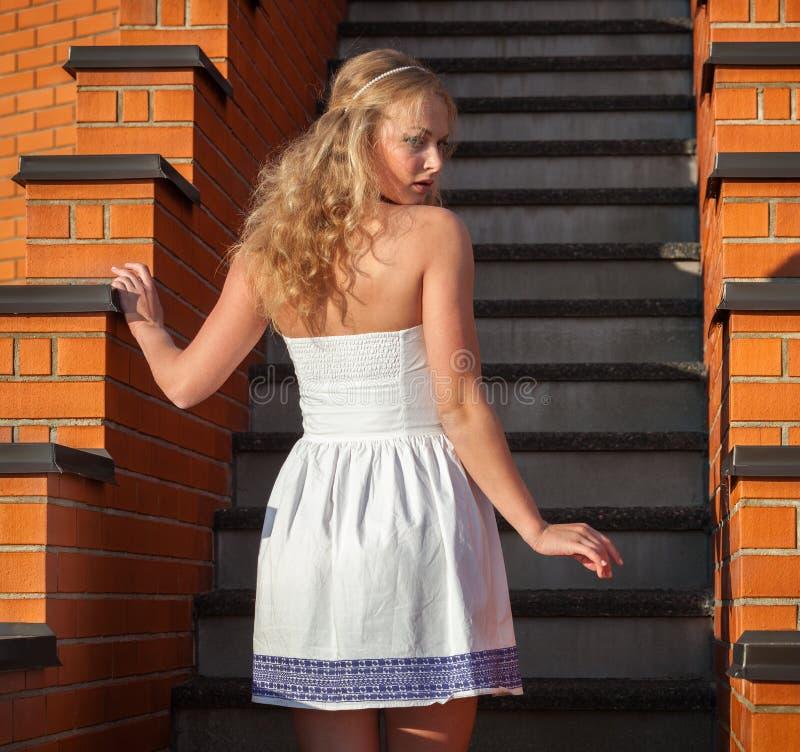 Mujer hermosa joven coqueta imagen de archivo libre de regalías