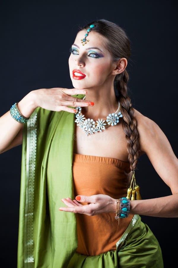 Mujer hermosa joven del bruenette en sari verde fotos de archivo libres de regalías