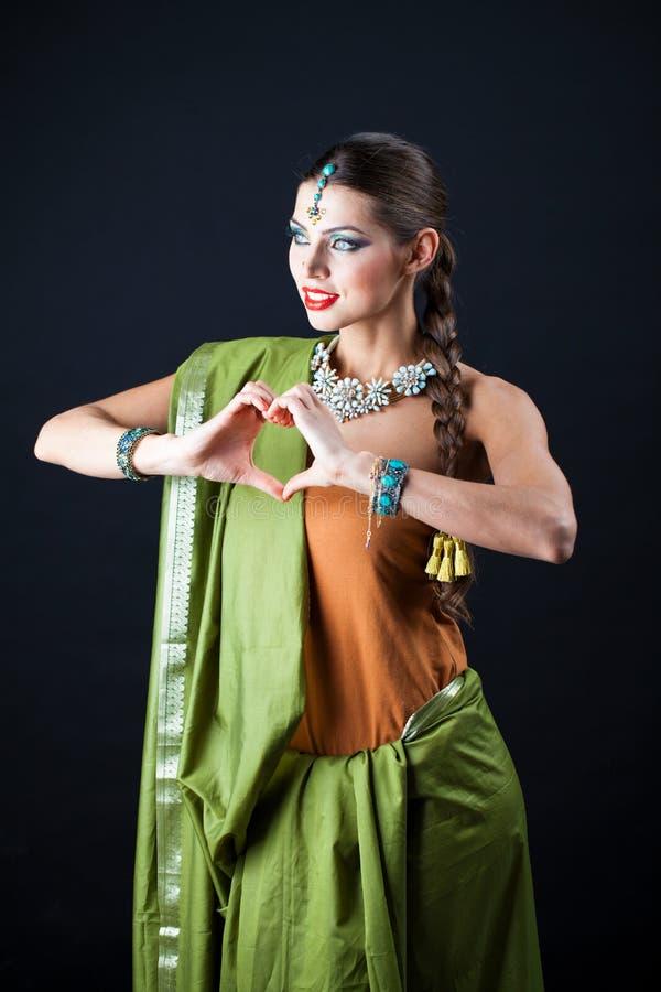Mujer hermosa joven del bruenette en sari verde imágenes de archivo libres de regalías