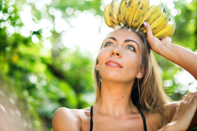 Mujer hermosa joven del caucásico del bronceado de la reina de la fruta foto de archivo