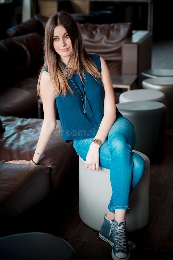Download Mujer Hermosa Joven Del Inconformista Foto de archivo - Imagen de hermoso, trendy: 42436640