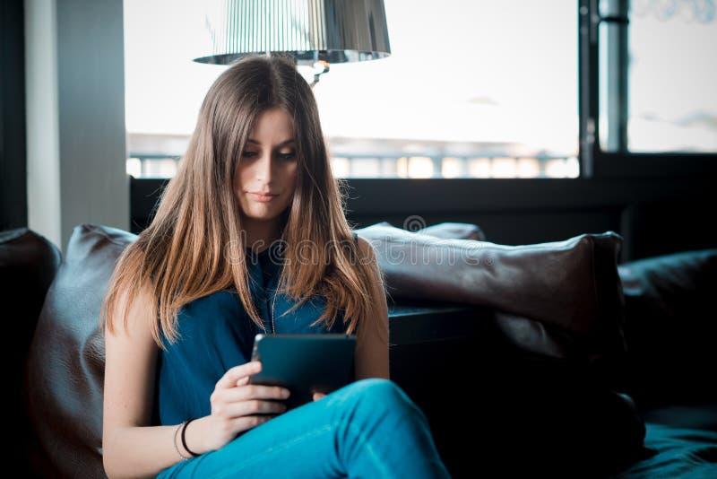 Download Mujer Hermosa Joven Del Inconformista Imagen de archivo - Imagen de móvil, café: 42436645