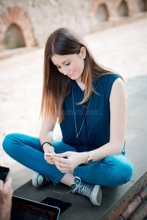 Download Mujer Hermosa Joven Del Inconformista Foto de archivo - Imagen de auténtico, cellphone: 42436814