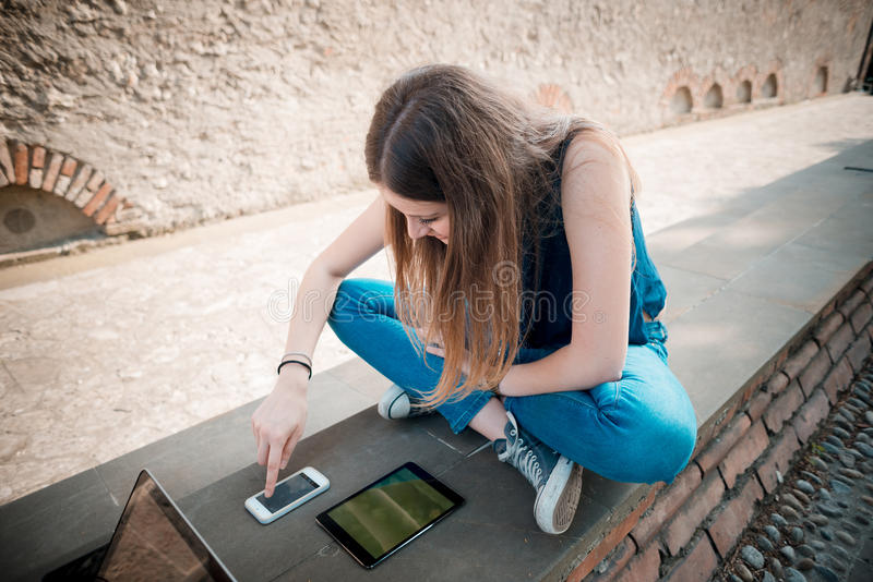 Download Mujer Hermosa Joven Del Inconformista Imagen de archivo - Imagen de multitasking, conexión: 42436981