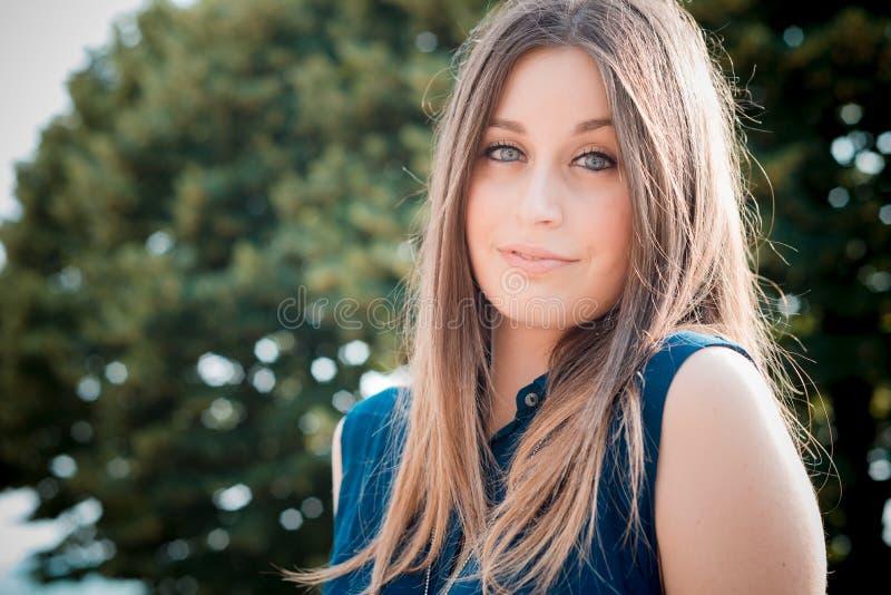 Download Mujer Hermosa Joven Del Inconformista Imagen de archivo - Imagen de moderno, ojos: 42436999