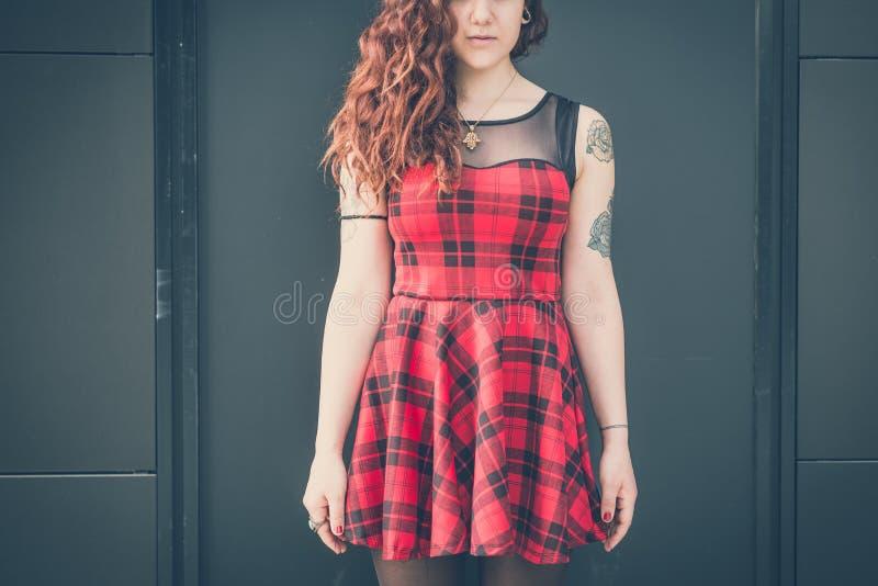 Download Mujer Hermosa Joven Del Inconformista Con El Pelo Rizado Rojo Foto de archivo - Imagen de hermoso, fácil: 42436308