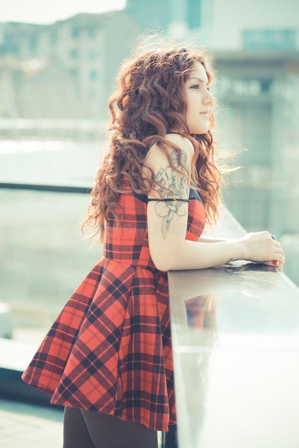 Download Mujer Hermosa Joven Del Inconformista Con El Pelo Rizado Rojo Imagen de archivo - Imagen de hembra, inusual: 42436465
