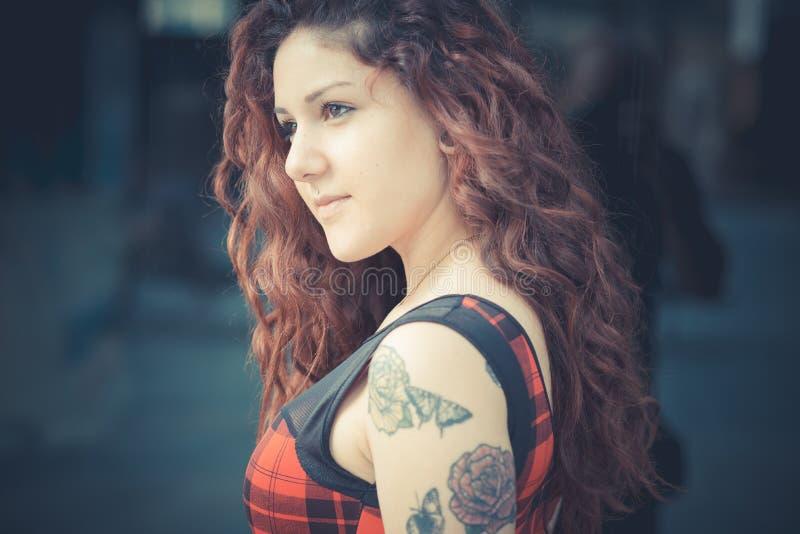 Download Mujer Hermosa Joven Del Inconformista Con El Pelo Rizado Rojo Foto de archivo - Imagen de pelo, sincero: 42436538