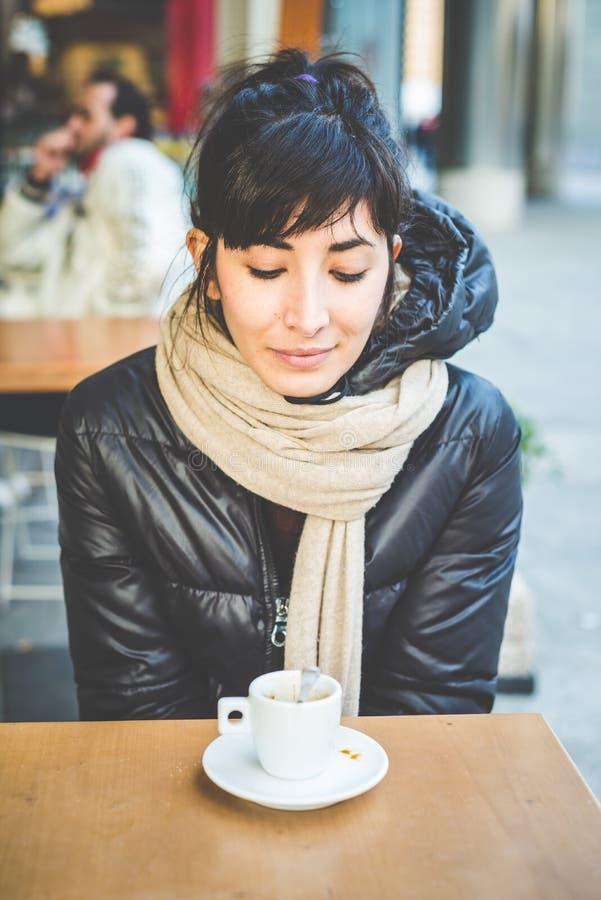 Mujer hermosa joven del inconformista en la barra de café fotos de archivo