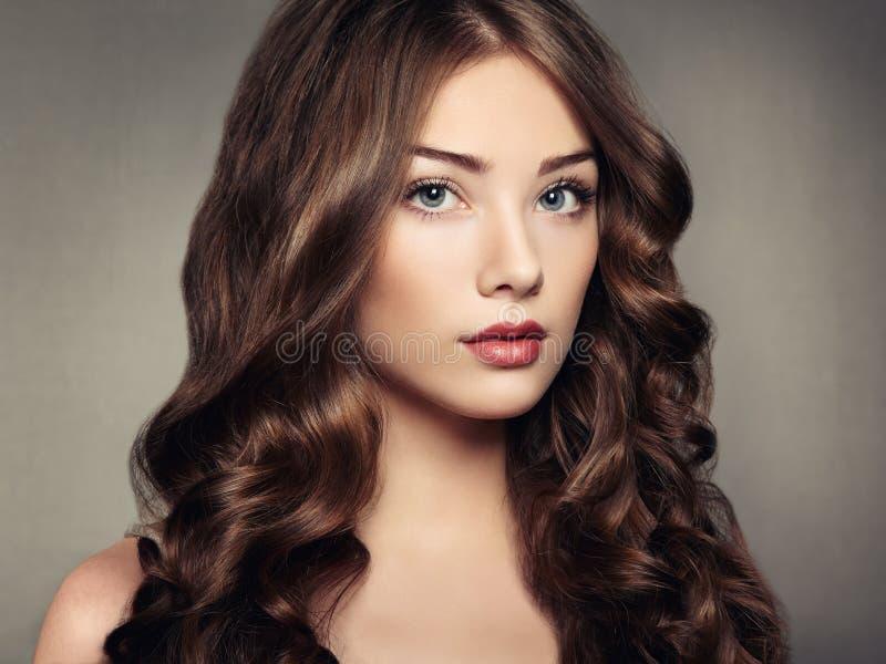 Mujer hermosa joven del retrato con el pelo rizado imagen de archivo libre de regalías