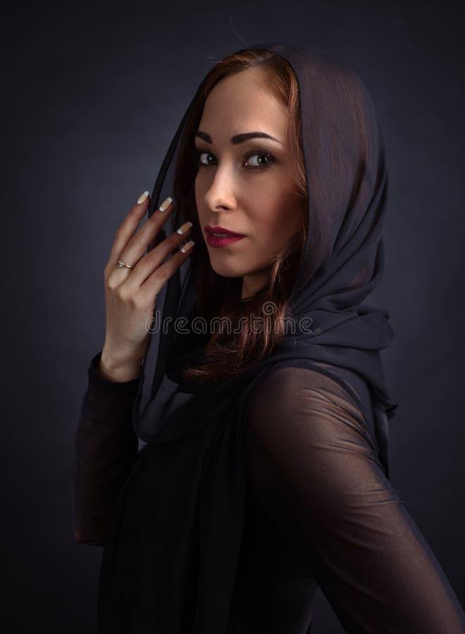 Mujer hermosa joven en alineada negra fotos de archivo