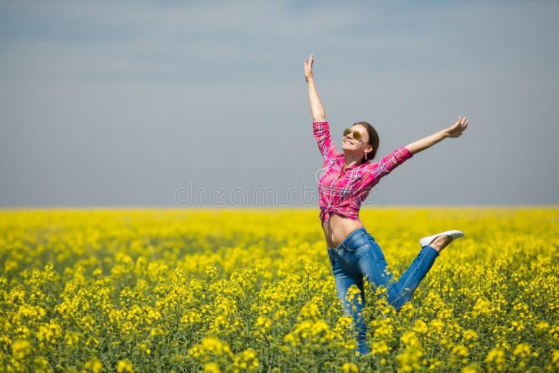 Mujer hermosa joven en campo floreciente en verano. Al aire libre fotografía de archivo
