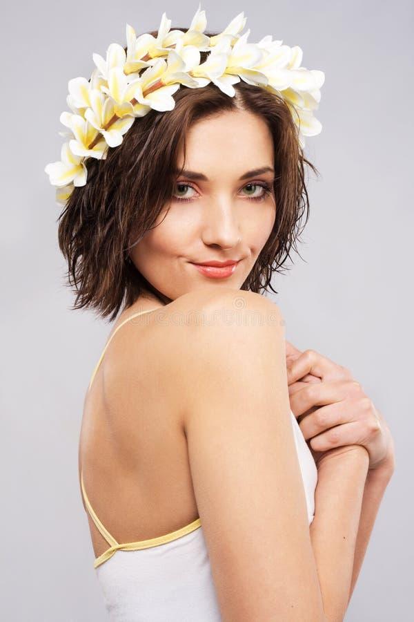 Mujer hermosa joven en corona de la flor imagen de archivo libre de regalías